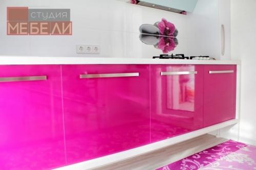 Яркая кухня цвета фуксия