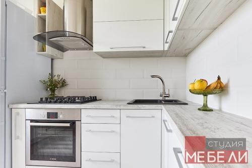 Светлая кухня с элементами из состаренного дерева