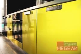 Яркая желтая кухня