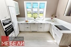 Легкая просторная кухня для экономных