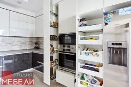 Контрастная кухня с широким функционалом