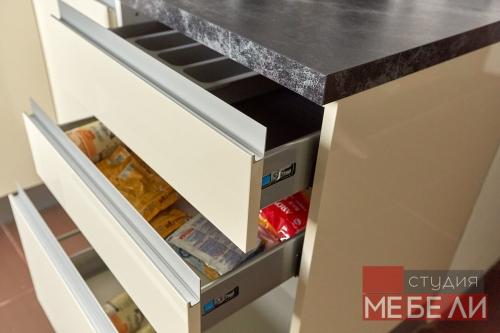 Акриловый гарнитур для компактной кухни