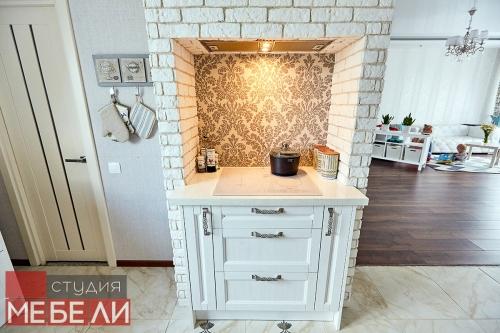 Светлая кухня с барной стойкой для просторных домов