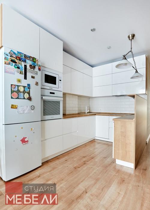 Светлая кухня с древесными текстурами