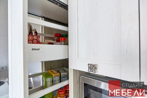 Функциональная светлая кухня