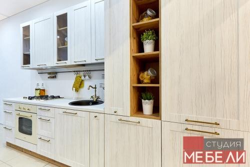 Светлая кухня с винтажным характером