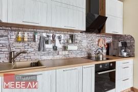 Линейная кухня с древесными тонами