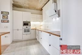 Светлая кухня для квартиры-студии