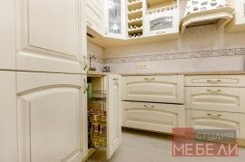 Просторная кухня из массива ясеня